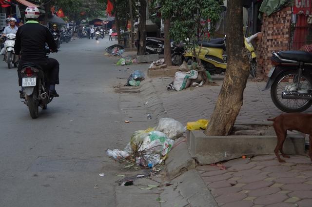 Rác xả xuống lòng đường trên đường Kim Đồng. Ảnh: H.Phương