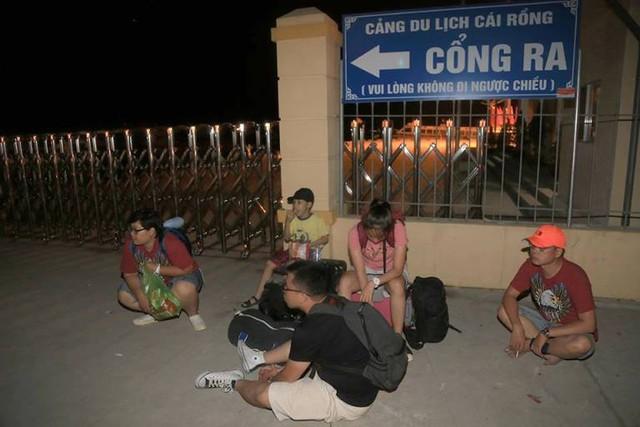 Đoàn khách ngồi vạ vật giữa đêm khuya tại bến cảng Cái Rồng. Ảnh: (Bạn đọc cung cấp)