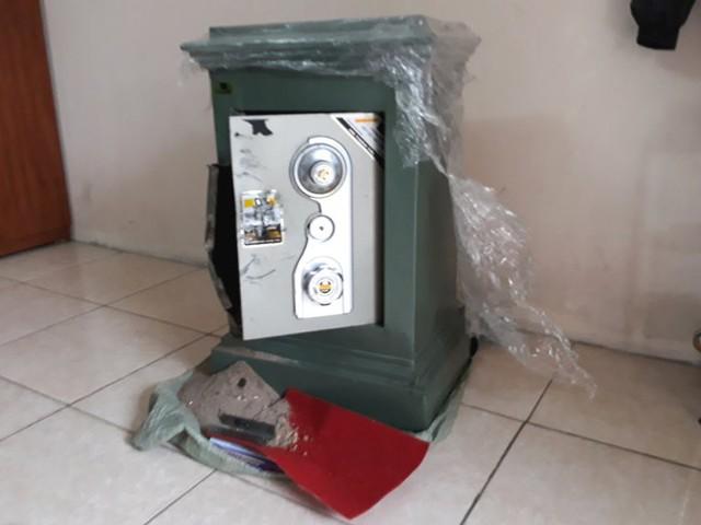 Chiếc két sắt của nhà nạn nhân bị Doanh phá hỏng. Ảnh: L.Khánh