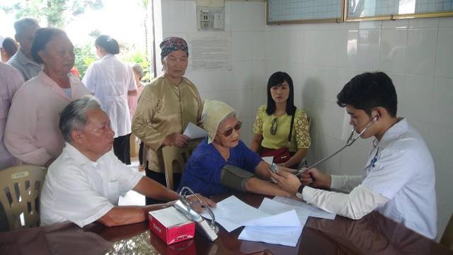 Khám, tư vấn và cấp thuốc miễn phí cho người cao tuổi huyện Hưng Hà. Ảnh: T.L
