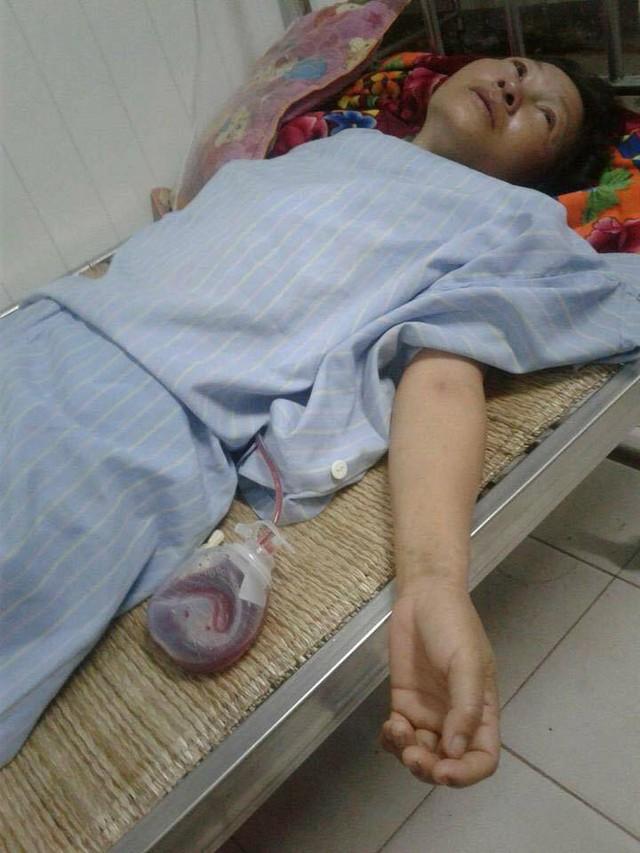 Nằm trên giường bệnh vật lộn với căn bệnh ung thư quái ác, nhưng chị Khương chỉ lo cho tương lai 2 đứa con. Ảnh: N.Sơn