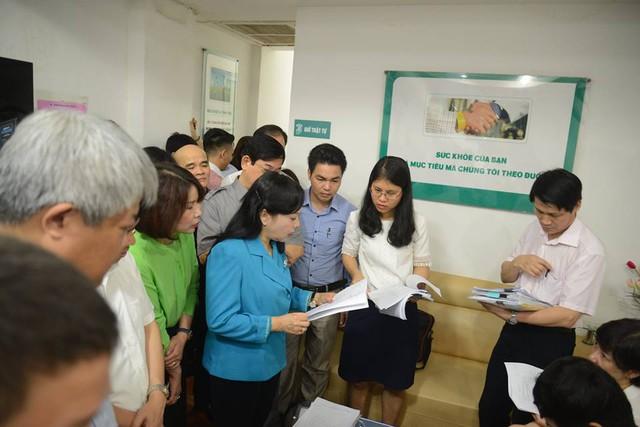 Bộ trưởng kiểm tra sổ sách phòng khám Thiên Tâm