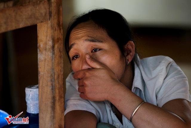 Chị Đinh Thị Lân, vợ anh Hức khóc nghẹn ngóng tin chồng