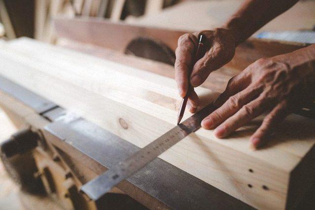 Công việc thường ngày của bố chị Linh trong xưởng mộc