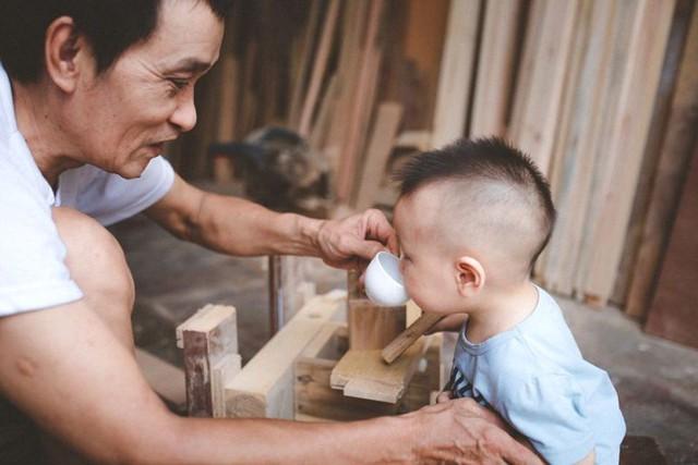 Cho nên, tuổi thơ của con trai chị cũng được gắn liền với ông ngoại và công việc mộc hàng ngày