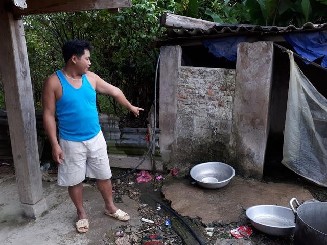 Để có nước sinh hoạt, anh Lò Văn Pò phải quây một nửa nhà vệ sinh làm bể chứa. Ảnh: PV