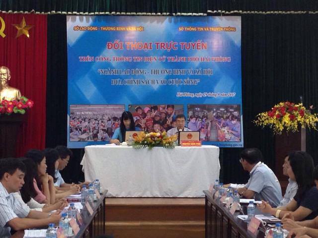 Ông Nguyễn Bách Phái trả lời ý kiến thắc mắc của các cá nhân, doanh nghiệp trên địa bàn thành phố. Ảnh: TG