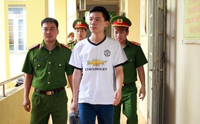 Cơ quan CSĐT dẫn giải bác sĩ Hoàng Công Lương. Ảnh: Công an nhân dân