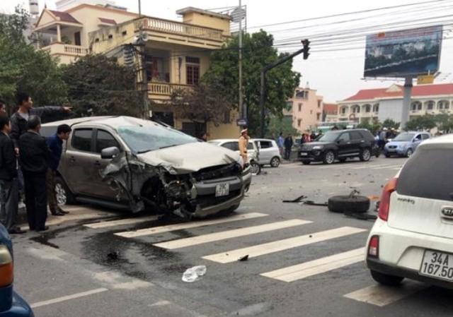 Hải Dương: Xe tải đâm xe taxi, một phụ nữ chết thảm