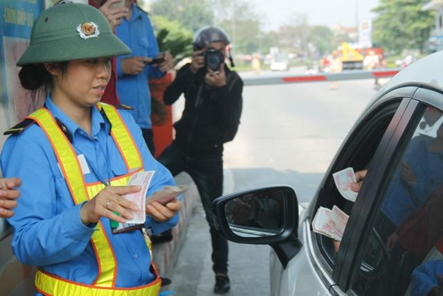 Tài xế tham gia phản đối dùng nhiều đồng tiền lẻ loại 200, 500, 1000 đồng để mua vé qua cầu.
