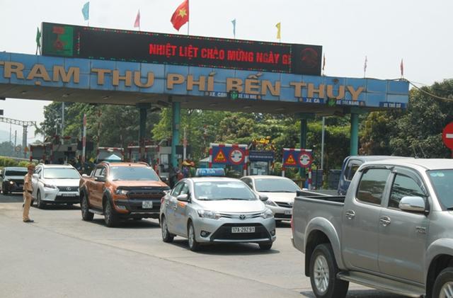 Người dân đưa ô tô phản đối trạm thu phí Bến Thủy.