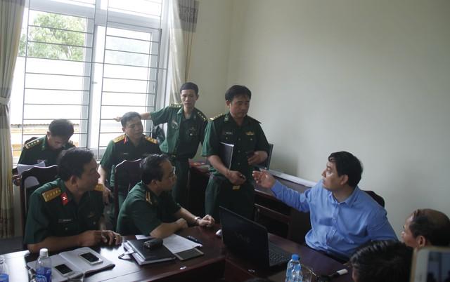 Ông Nguyễn Đắc Vinh - Bí thư tỉnh ủy Nghệ An họp bàn với các lực lượng cứu hộ cứu nạn triển khai phương án tìm kiếm các nạn nhân. Ảnh: V. Đồng