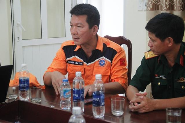 Ông Nguyễn Văn Tính - Phó tổng giám đốc Trung tâm phối hợp tìm kiếm cứu nạn hàng hải Việt Nam đang trình bày phương án tìm kiếm các nạn nhân. Ảnh: V. Đồng