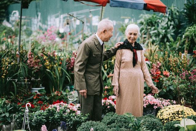 Mặc dù tuổi đã cao hai cụ luôn dành cho nhau những tình cảm thân thương, trìu mến
