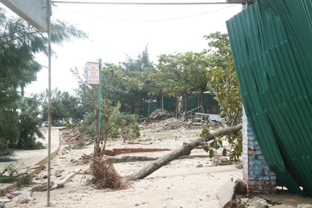 Hầu hết các ki ốt kinh doanh trên bãi biển Cửa Lò bị sóng đánh hư hỏng.