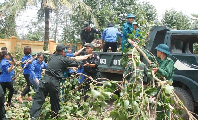 Các chiến sĩ cùng thanh niên tình nguyện giúp Trường tiểu học Nghi Hải dọn dẹp sau bão.