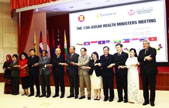 Bộ trưởng Bộ Y tế Việt Nam Nguyễn Thị Kim Tiến (thứ hai từ phải sang) cùng Bộ trưởng Bộ Y tế của các nước ASEAN, Trung Quốc, Nhật Bản và Hàn Quốc tại Diễn đàn.