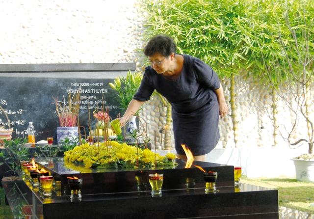 Tháng nào, bà Huyền Lâm cũng cùng các con lên Lạc Hồng Viên thắp hương cho nhạc sĩ An Thuyên. Ảnh: M.Khanh