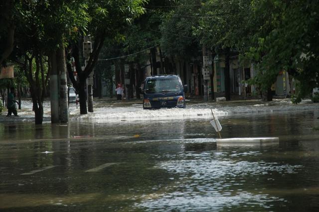 Nhiều tuyến đường TP Vinh ngập nặng sau mưa lớn kéo dài.