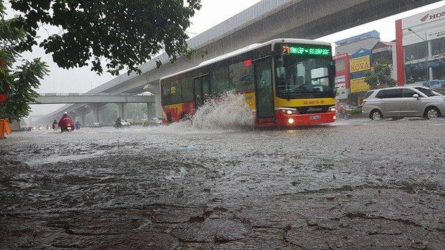 Xe buýt như đi trên sông trên tuyến đường Nguyễn Trãi. Ảnh: Vietnamnet