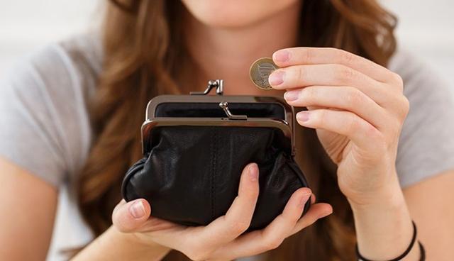 Cứ có tiền là mua sắm khiến bạn không tích lũy được gì.