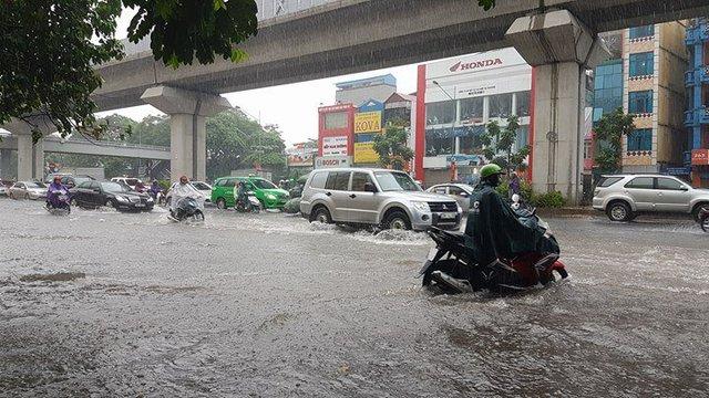 Xe máy ngập tới nửa bánh xe ở chân cầu vượt Nguyễn Trãi - Thanh Xuân Ảnh: Vietnamnet