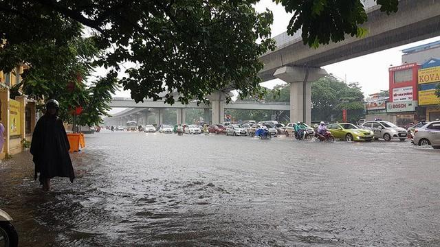 Người đi bộ lo sợ bị ngập lụt khi đi trên vỉa hè đường Nguyễn Trãi. Ảnh: Vietnamnet