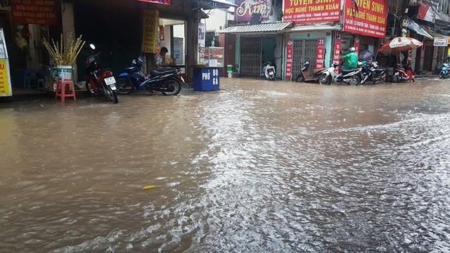 Đường Nguyễn Tuân cũng ngập sâu trong nước. Ảnh: Vietnamnet