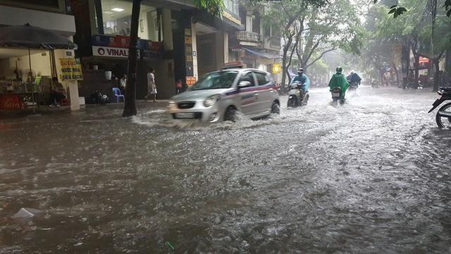 Ô tô lướt sóng trên phố Vương Thừa Vũ. Ảnh: Vietnamnet