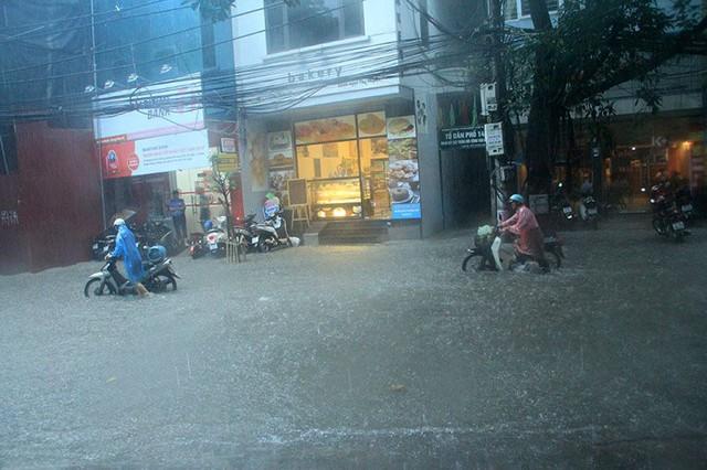 Xe chết máy trên phố Vương Thừa Vũ. Ảnh: Vietnamnet