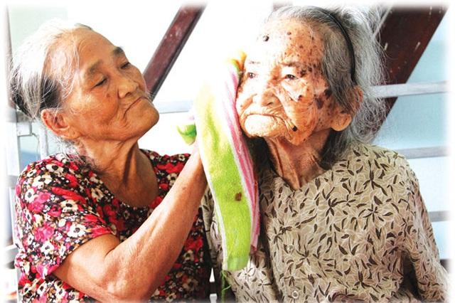 Bà Huệ đang chăm sóc mẹ TríchẢNH: MẠNH CƯỜNG