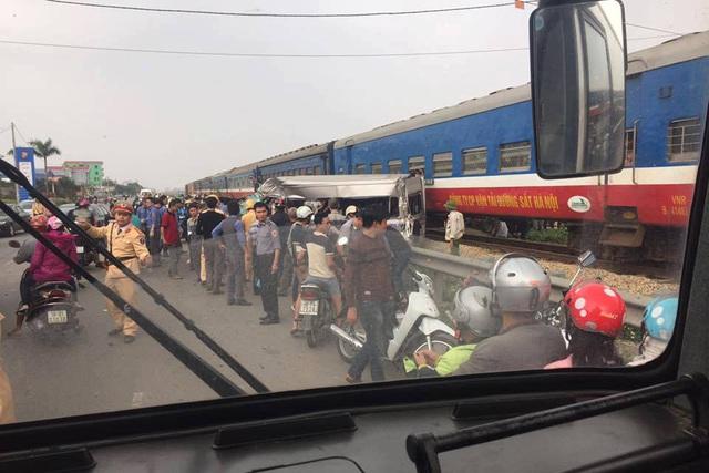 Hiện trường vụ tàu hỏa tông xe khách 16 chỗ khiến 6 người thương vong tại Nam Định. Ảnh: Otofun.net