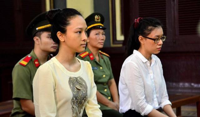Phương Nga (bìa trái) và Thùy Dung tại phiên tòa sơ thẩm ngày 21/9/2016