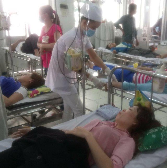 51 công nhân may mặc phải nằm viện điều trị ngộ độc thực phẩm.