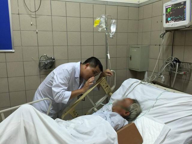 Chăm sóc bệnh nhân ngộ độc rượu tại Trung tâm Chống độc, Bệnh viện Bạch Mai. (Ảnh minh họa: V.Thu)