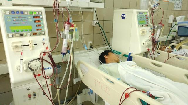 Hiện còn 7 sinh viên ngộ độc rượu methanol đang được điều trị tại Trung tâm Chống độc. Ảnh: T.Đoàn