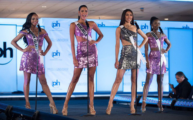 Nguyễn Thị Loan (thứ hai từ phải qua) trong bán kết Hoa hậu Hoàn vũ Thế giới 2017