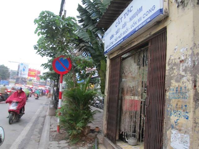 Ngôi nhà có diện tích chỉ khoảng 10 m2, ;cũ kỹ, tường rêu mốc, mái lợp fibro xi-măng, cửa sắt rỉ sét nằm lọt thỏm trong khu vực vỉa hè phố Nguyễn Phong Sắc.