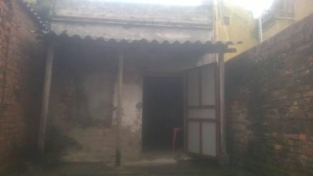 Căn nhà được xây bằng sự giúp đỡ của mọi người giờ đã xuống cấp, hay dột