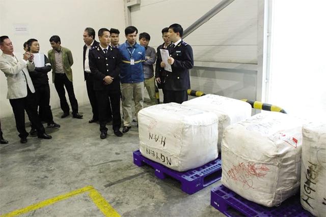 Cơ quan chức năng thu giữ nhiều kiện hàng lá Khat được gửi qua đường hàng không. Ảnh: T.L