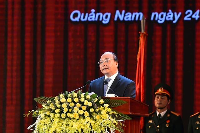 Thủ tướng Nguyễn Xuân Phúc phát biểu tại buổi lễ kỷ niệm 42 năm Ngày giải phóng Quảng Nam, 20 năm tái lập tỉnh và đón nhận Huân chương Độc lập hạng Nhất. Ảnh: Quang Hiếu
