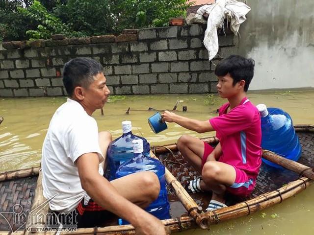 Nước sinh hoạt thiếu thốn, họ phải tích trữ từng bình để phục vụ sinh hoạt tối thiểu cho gia đình.