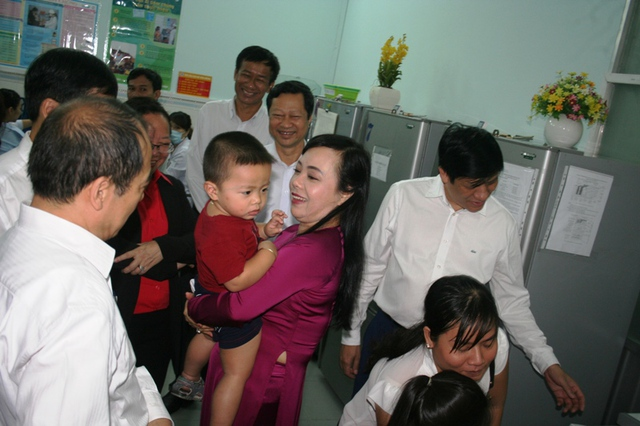 Bộ trưởng Nguyễn Thị Kim Tiến thăm khu vực tiêm chủng tại Viện Pasteur TP.HCM sáng 17/2.