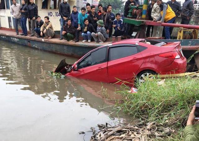 Cơ quan chức năng đưa xe ô tô gặp nạn lên bờ