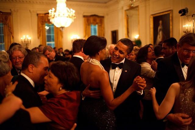 Hình ảnh ngọt ngào này khiến nhiều người vợ ghen tỵ đỏ mắt với bà Obama khi chồng vẫn dành tình yêu nồng nàn cho vợ sau nhiều năm chung sống và đã có hai đứa con.