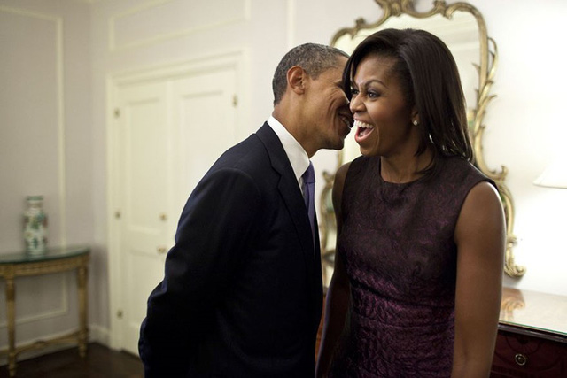 Trong lúc nghỉ ngơi giữa các sự kiện tại Đại hội đồng Liên Hợp Quốc năm 2011, ông Obama tranh thủ thư giãn khi nói chuyện với bà Michelle. Tổng thống Mỹ luôn tin tưởng và thảo luận nhiều vấn đề quan trọng với vợ.