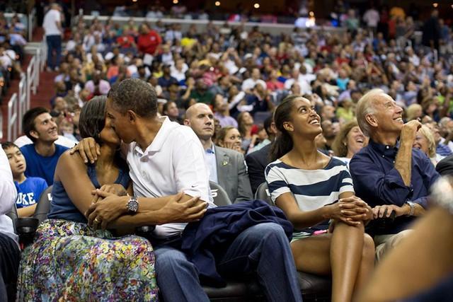 Trong trận bóng rổ giữa tuyển Mỹ và tuyển Brazil, ông Obama trao cho bà Michelle một nụ hôn nồng thắm khi Kiss Cam quay tới vị trí của hai người. Ông Obama không ngần ngại thể hiện tình cảm với vợ mình dù là ở bất kỳ đâu.