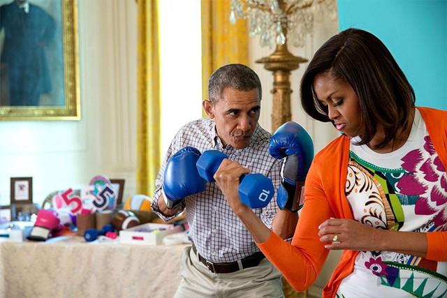 Vợ chồng tổng thống Mỹ đùa nghịch khi chụp hình cho Gimme Five trong lễ Phục Sinh ở Nhà Trắng. Dù đã nắm giữ vai trò tổng thống 2 nhiệm kỳ liên tiếp, có được những thành tựu nhất định trong sự nghiệp nhưng có lẽ, ông Obama luôn cảm thấy thoải mái và bình yên nhất khi dành thời gian cho gia đình mình.