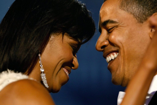 Bà Michelle trở thành hậu phương vững chắc cho chồng mình trong cuộc đua chinh phục Nhà Trắng. Vị tổng thống gốc Phi đầu tiên của nước Mỹ không ngần ngại dành cái nhìn âu yếm cho người bạn đời của mình trong ngày nhậm chức vào năm 2009. Ảnh: Time