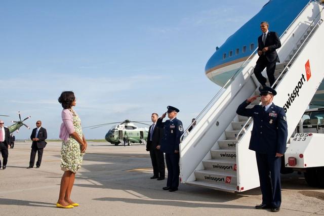 Dù công việc bận rộn , song cả hai vẫn luôn có những khoảng thời gian bên cạnh nhau, đơn giản như việc bà Michelle đón chồng trở về sau một chuyến công du nước ngoài. Ảnh: Time